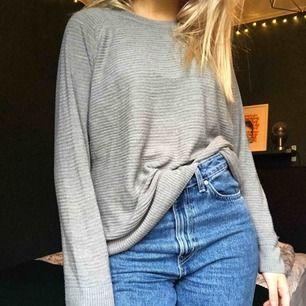 Grå, mjuk tröja från Jacqueline de Yong. Väldigt snygg och skön!🥰 Eventuell frakt tillkommer