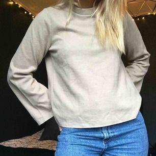 Beige tröja med vida ärmar! Superskön och skön. Glömmer bort att använda, vilket inte är rättvist mot tröjan!!! Köpare står för eventuell frakt