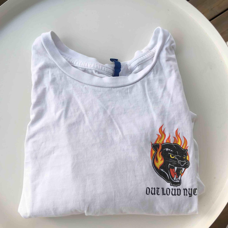Snygg oversized T-shirt dvs passar från XS-L. Cool text på baksidan. Frakt 36kr🌟🤪💞. T-shirts.