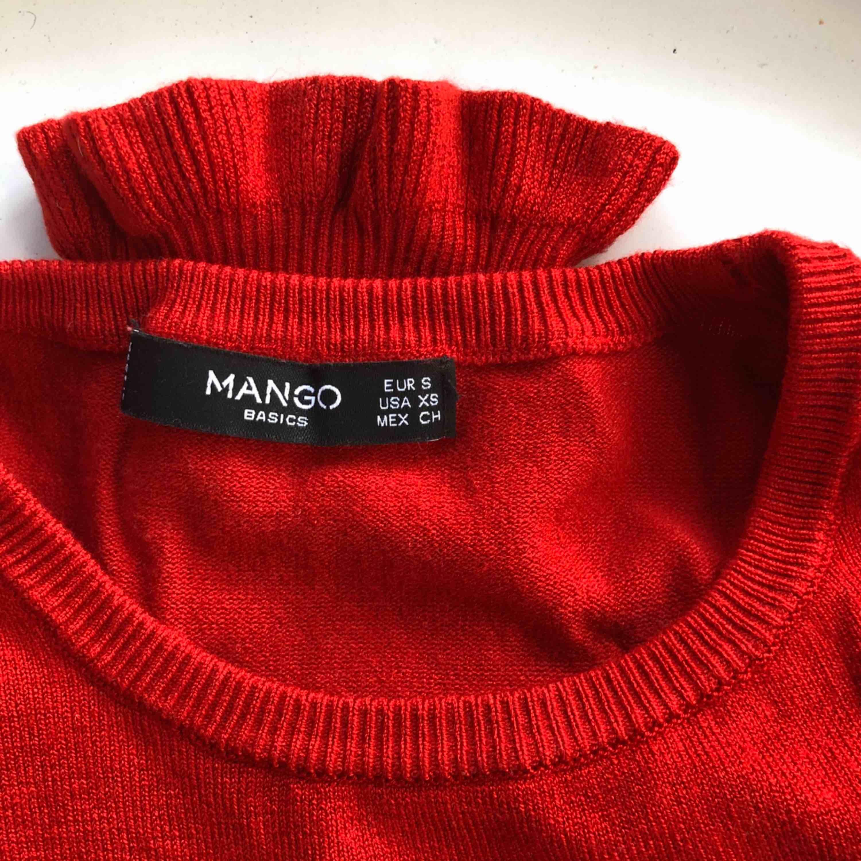 Snygg röd, mjuk tröja från Mango. Frakt ingår i priset. 🥰. Tröjor & Koftor.