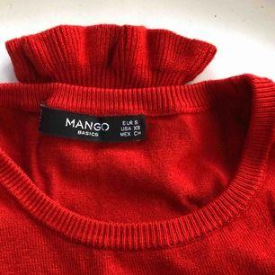 Snygg röd, mjuk tröja från Mango. Frakt ingår i priset. 🥰