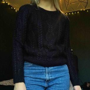 Svart/blå stickad tröja! Supervarm och snygg enligt mig. Inte använd på länge så dags att få ny ägare🥰 Köpare står för eventuell frakt!
