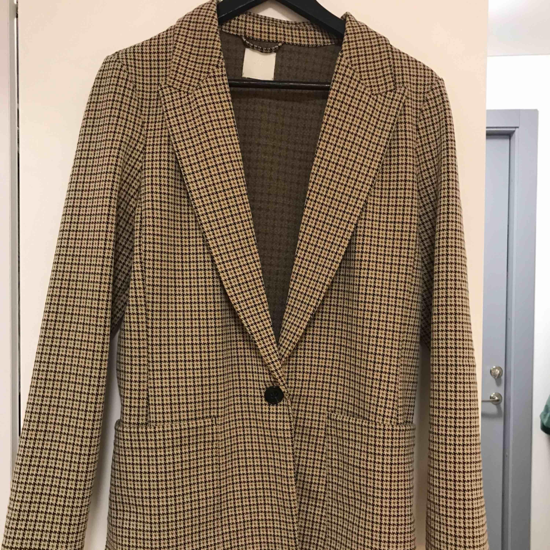 Snygg kavaj från Hm. Strl S men ganska oversized i storleken så passar även strl M. Köparen står för frakt. Kostymer.