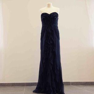 Ny mörkblå Adrianna Papell klänning. Med etiketterna kvar. Storlek US10. Passar L. Original pris 229$.