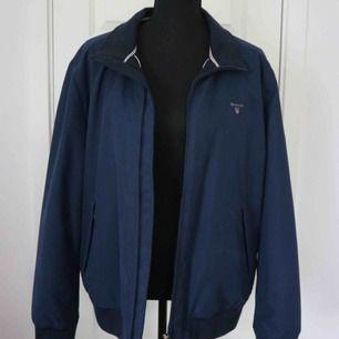 Säljer en marinblå jacka från Gant som passar perfekt till hösten och är köpt från Best of Brands Jackan är i mycket bra skick! Nypris: 2999kr