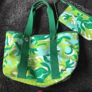 Lacoste bag/väska med tillhörande sminkväska. Som ny! Använd två gg.  Finns i Nacka. Köpare står för frakt.