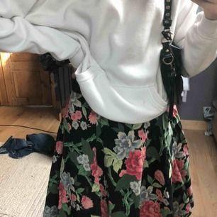 Skit snygg vintage kjol, köpt i LA. Använd fåtal gånger och i super bra skick!⚡️💓