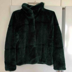 Säljer min mörkgröna pälsjacka i xs. Ganska tjock vilket gör den jättevarmt, I superskick även att jag använt den en del! Passar s också då den är något oversized.