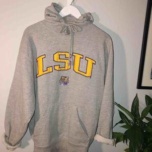 mycket älskad hoodie som numera ej används!:( thriftad för något år sedan men ändå i bra skick!🌷 insydd i midjan så passar S-M, frakt tillkommer!