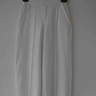 Vita Utsvängda kostymbyxor, fint skick. Fråga om fler bilder 😚