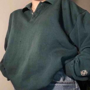 vintage sweatshirt i världensjävlafinaste gröna färg! i bra skick med tanke på att den är några år, små oljefläckar på vänstra axeln (se sista bilden!), frakt tillkommer 😊