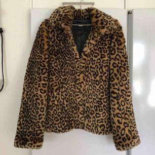 Leopardpälsjacka i nyskick, aldrig använd då den är för stor för mig! Passar m också!