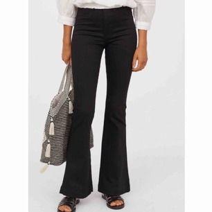Helt nya högmidjade och utsvängda jeans från H&M, slutsålda på hemsidan. Frakt tillkommer eller kan möjligtvis mötas i Stockholm