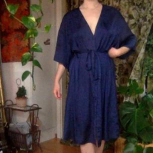 Fantastiskt vacker midnattsblå silkesklänning, oanvänd. Sitter som en smäck! Flowy, med knytbart band i midjan, V-ringning, armveckslånga ärmar, midilängd på mig som är 162cm. Nypris 500kr!🌻  Spårbar frakt 63kr⚘