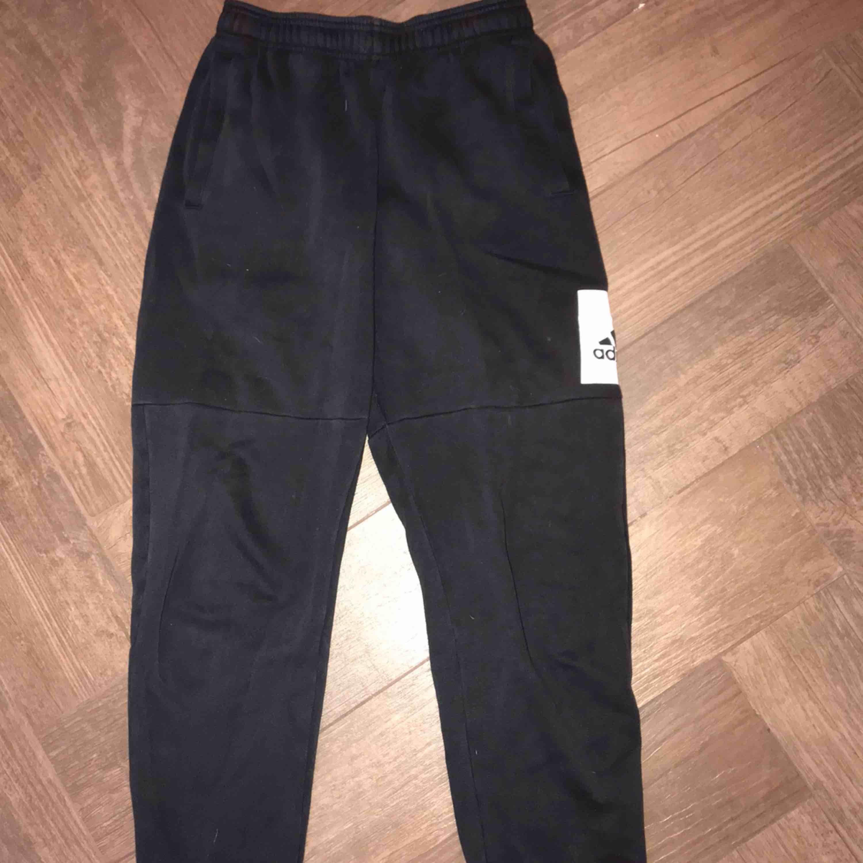 adidas mjukisbyxor, båda är i storlek S, båda för 250kr annars 150kr styck! frakt är unkluderat 🥰. Jeans & Byxor.