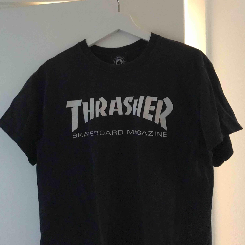 äkta thrasher t-shirt, frakt tillkommer på 42kr💕. Toppar.