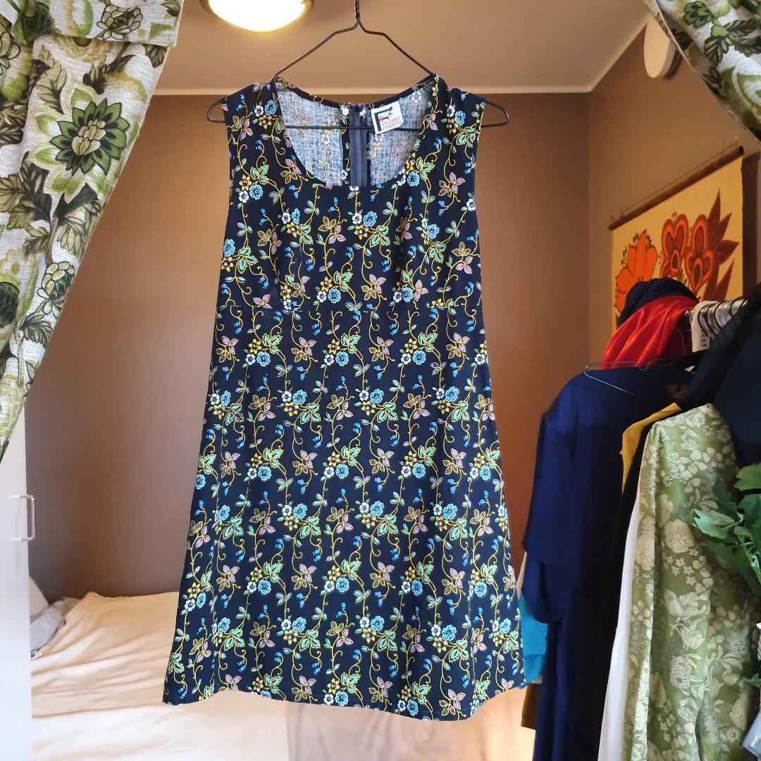 Äkta 60talsklänning med otroligt vackert mönster! Dragkedja i ryggen, A-klänning som är figursydd vid brösten samt under.   Spårbar frakt 63kr🌻. Klänningar.