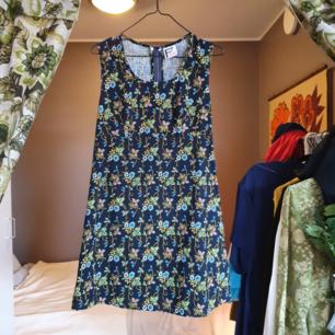 Äkta 60talsklänning med otroligt vackert mönster! Dragkedja i ryggen, A-klänning som är figursydd vid brösten samt under.   Spårbar frakt 63kr🌻