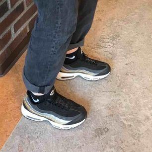 Säljer mina feta Nike Air Max 95.  Säljer pga behov av pengar. Skorna är sparsamt använda = mycket fint skick. Orginalpris 1.800kr. Hör av er vid frågor ⭐️⭐️⭐️