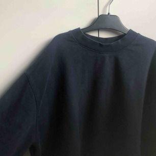 En blå långärmad tröja från junkyard. Jättefint print, syns inte jättetydligt i alla ljus. Pris: 80kr, frakt tillkommer💕