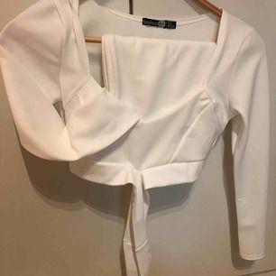 Vit topp och kjol (tvådelad klänning) från boohoo.   Kan mötas upp i Stockholm. Köparen står annars för frakten.