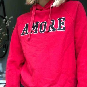 Röd hoodie från ginatricot, fint skick och bra kvalité. Färgen är inte lika röd i verkligheten men den är jättefin ändå. Hör av er vid frågor, köparen står för frakten:) frakten kostar 54kr