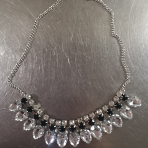 Kristall halsband som kan ha olika längder.