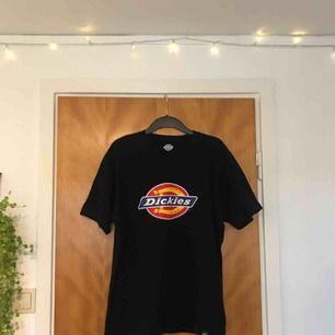 T-shirt från Dickies (herrstorlek). Använd ca 2-3 gånger så den är i ett väldigt fint skick! Säljer för jag har ingen användning av den själv längre.