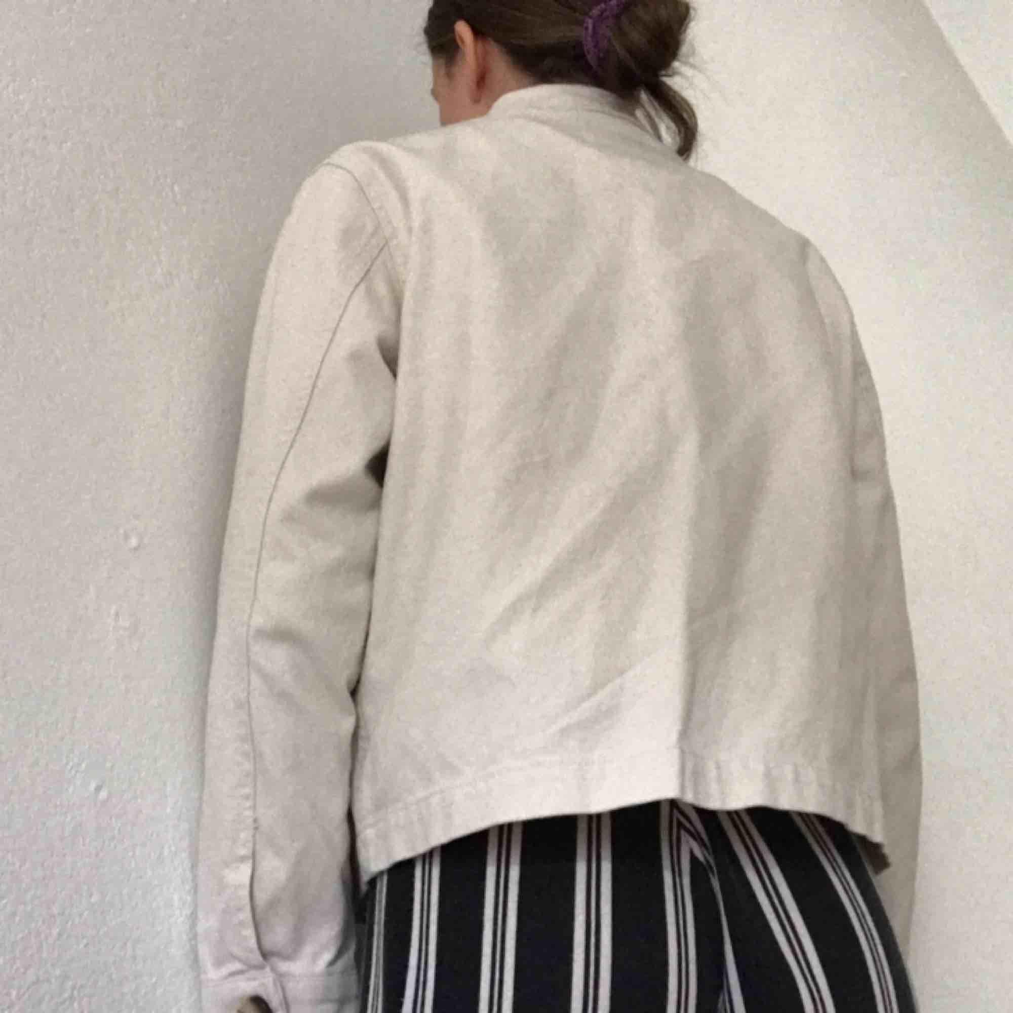 Kortare jacka med fickor, från Monki. Bomull och lite lin. Boxig modell, sparsamt använd. Prutat och klart, köparen betalar frakt på 63:- annars möts jag upp i Stockholm ✨ . Jackor.