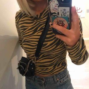 """Säljer min superfina """"zebra"""" mönstrade tröja. Passar bra nu till hösten/vintern, den är i ett supermysigt material! Frakt tillkommer på 50kr 💫✨"""
