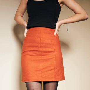 Orange kjol säljes 🍊 Riktigt höstig med en super fin orange färg. 🥰   Storlek:34  Material: Ull, viskos, acetat  Längd: 46 cm  Midjemått: 68 cm  (150 kr inklusive frakt)