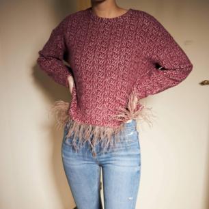 Perfekta höst tröjan med snygg detalj. Skicket är verkligen som nytt. Så härlig att ha på sig! 🥰   270 kr inklusive frakt 📩  Storlek: S Färg: Röd, vit  Material: Akryl  Bröstvidd: 112 cm   Skriv ett DM vid intresse 📩