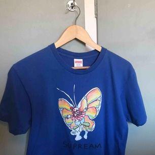 Supreme Gonz Butterfly T-shirt från säsongen SS-16 i storlek M, sitter som en ganska liten M! Skick ca 7/10 mest general wear och lite fading på själva färgen och lite sprickor har precis börjat komma i trycket!  Skickas spårbart i hela Sverige (63kr)