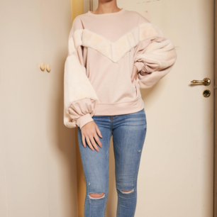 En rosa drömmig tröja. Den har en bomberfit med underbart mjuka armar 💗💗   Storlek: S Färg: Rosa  Bröstvidd: 148 cm