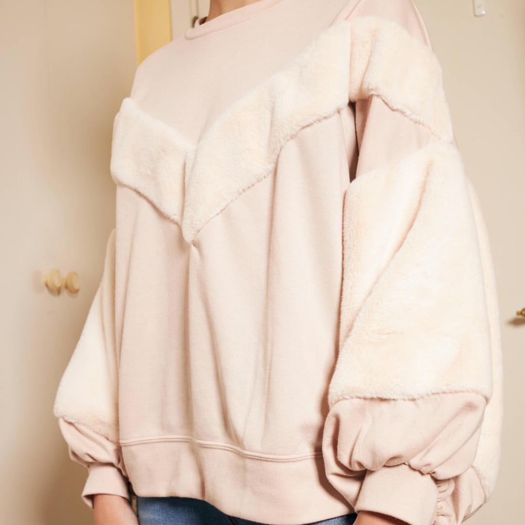 En rosa drömmig tröja. Den har en bomberfit med underbart mjuka armar 💗💗   Storlek: S Färg: Rosa  Bröstvidd: 148 cm . Tröjor & Koftor.