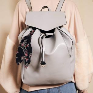 Söt baby blå/grå ryggsäck med en liten