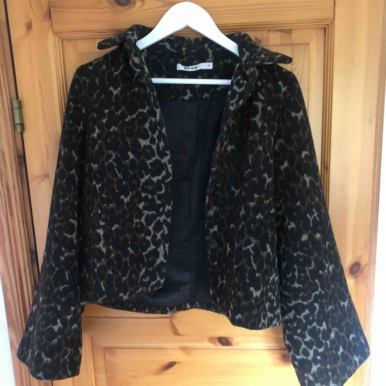 En leopardmönstrad jacka från nakd i storlek 36 som jag har slutat använda, köpte för nästan två år sen på plick. Kommer tyvärr inte längre till användning och den är i ett jättebra skick frakt tillkommer.. Jackor.