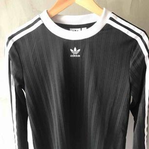Långärmad tröja från adidas Aldrig använd Nypris 499kr