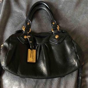 Säljer min Marc By Marc jacobs väska!  Den är använd några gånger bara, så nästan som ny kan man säga. Den är inte för liten men inte för stor heller, skulle säga lagom storlek!  Den är äkta och nypris är 3999:-  Mitt pris är 1300:-🌸