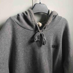 En jättefin grå vans-hoodie med ett coolt tryck på ärmarna. Bra skick! Pris: 200kr, frakt tillkommer💕