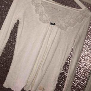 En vit odd Molly tröja med spets✨ Frakt står köparen för!