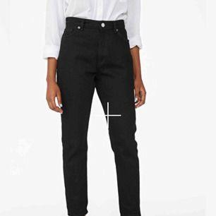 """Jeans från Monki i modellen """"Kimomo"""" i färgen deep svart. Endast provade då storleken inte passade mig. Storlek 29, alltså ungefär M, men upplevde dessa som ganska små i storleken så borde passa S också. Kan frakta men då står köpare för fraktkostnaden"""