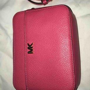Rosa axel väska, knappt använd fin i skicket