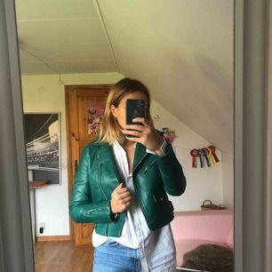 En grön skinnjacka ifrån Bershka i storlek medium men passar en S, jag har tyvärr växt ur denna jacka och det är därför jag säljer den. Frakt tillkommer.