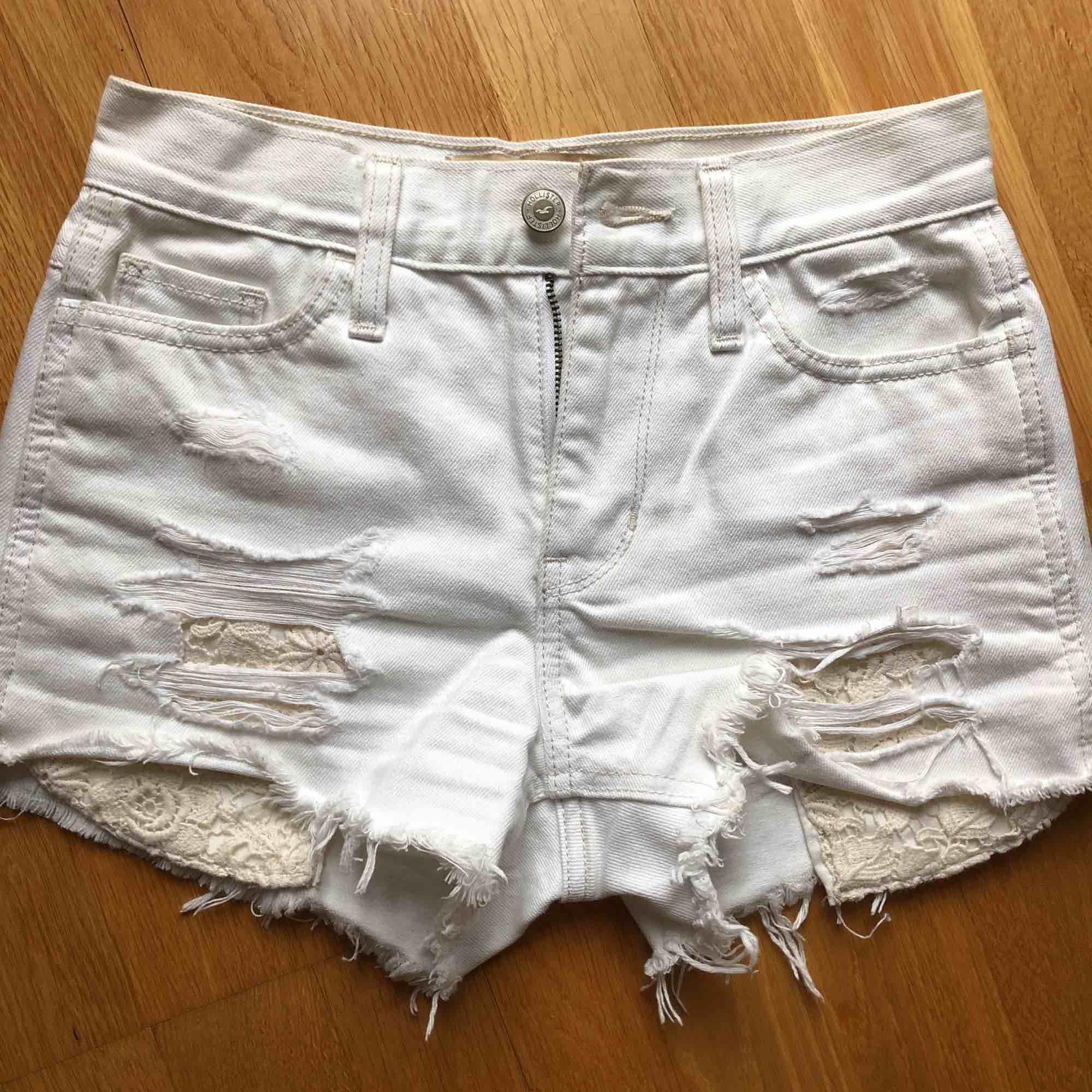 Endast fabriks slitna, använda en gång, högmidjade . Shorts.