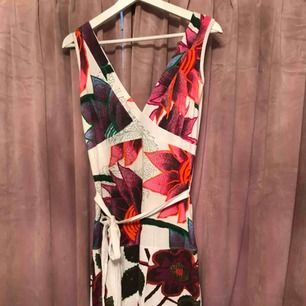 Kort fin klänning från desigual. Med vringning både ifram och bak. Kan fixa fler bilder om de önskas