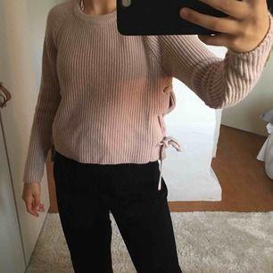 Stickad rosa mysig tröja med flätning på sidorna! Betalning +frakt