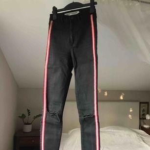Asballa jeans från Zara i stlk 34! Sitter sjukt snyggt på kroppen och är i väldigt bra skick! Frakt 54kr💜
