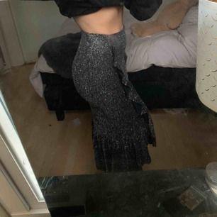Glittrig kjol, perfekt till festligheter från Gina Tricot💓 tar verkligen fram dina former