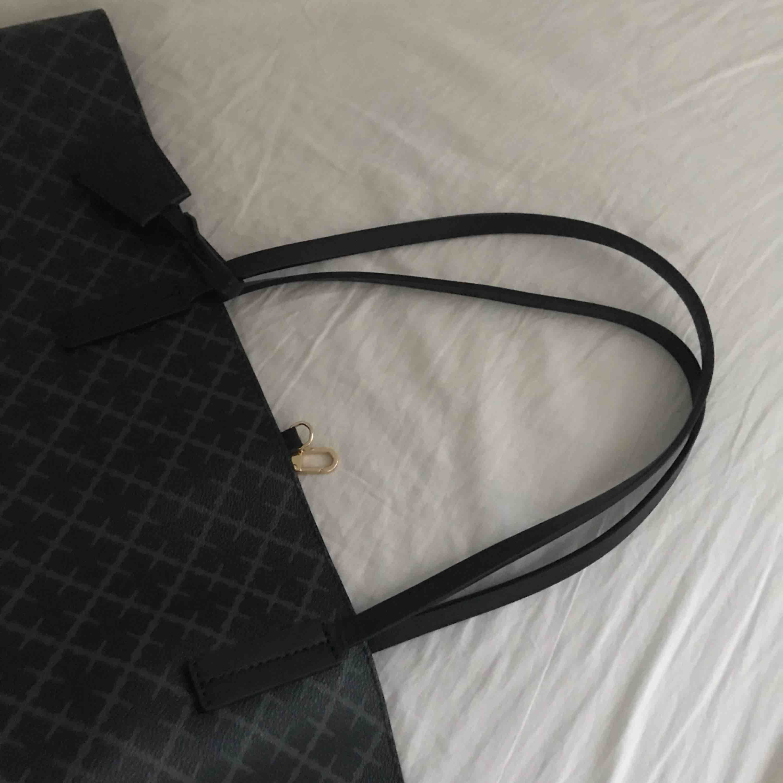 Säljer väska från By Malene Birger i nyskick. Modellen heter Abi tote bag. Storlek: ca 56×33×16 cm. Färg: Charcoal, svårt grå. Väskan passar som shopping bag, det finns mycket plats. Kommer från rök- och djurfritt hem. . Accessoarer.